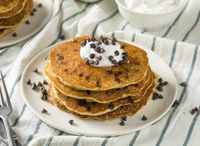 Pancakes senza uova con scaglie di cioccolato