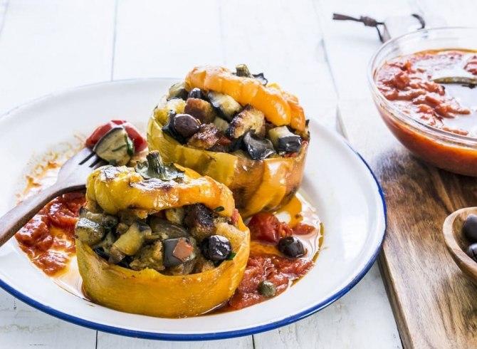 peperoni gialli ripieni di verdure con zucchine melanzane ed olive su piatto