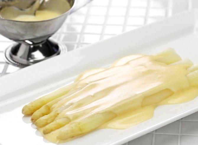 Asparagi bolliti con salsa olandese