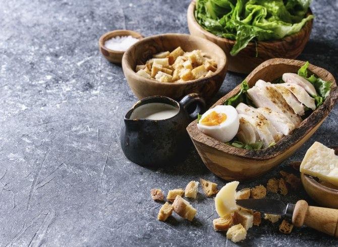 caesar salad con pollo e uova sode