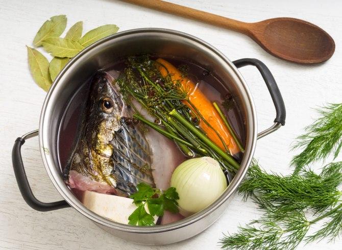 Fumetto di pesce ristretto in casseruola con verdure