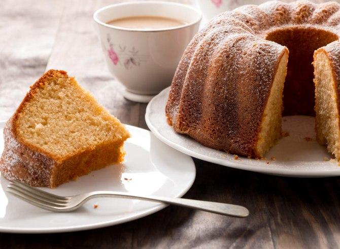ciambellone caffè senza latte su piatto bianco con forchetta