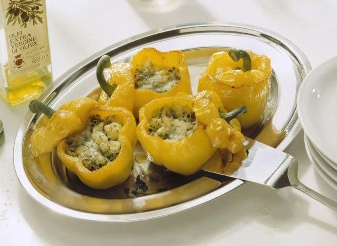 peperoni gialli ripieni di vitello con piatto d'argento
